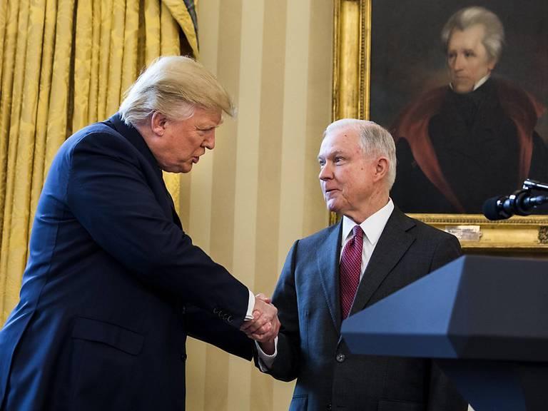US-Präsident Donald Trump stärkt seinem Justizminister Jeff Sessions den Rücken. (Archivbild)