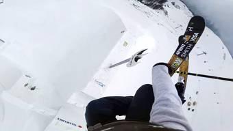 Weit – unglaublich weit – über dem Schnee schwebt David Wise, als er zum Sinkflug ansetzt.