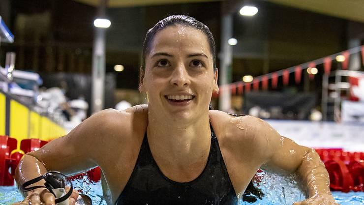 Die Zürcherin Lisa Mamié steigt nach ihrem Titelgewinn über 50 m Brust aus dem Becken