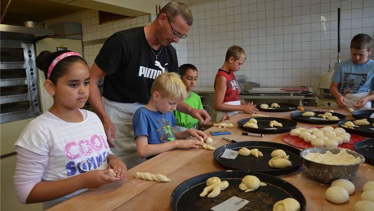 Zehn Kinder vom Ferienpass Neuendorf liessen sich von Bäckermeister Urs Enri in das Handwerk des Backens einführen.