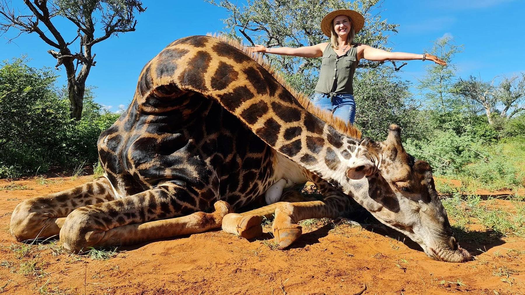 Merelize van der Merwe posiert mit der Giraffe, die sie getötet hat