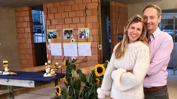 Karin Bertschi und Sigi Ladenbauer bei der Aufrichte ihres neuen Hauses in Wettingen. ZVG
