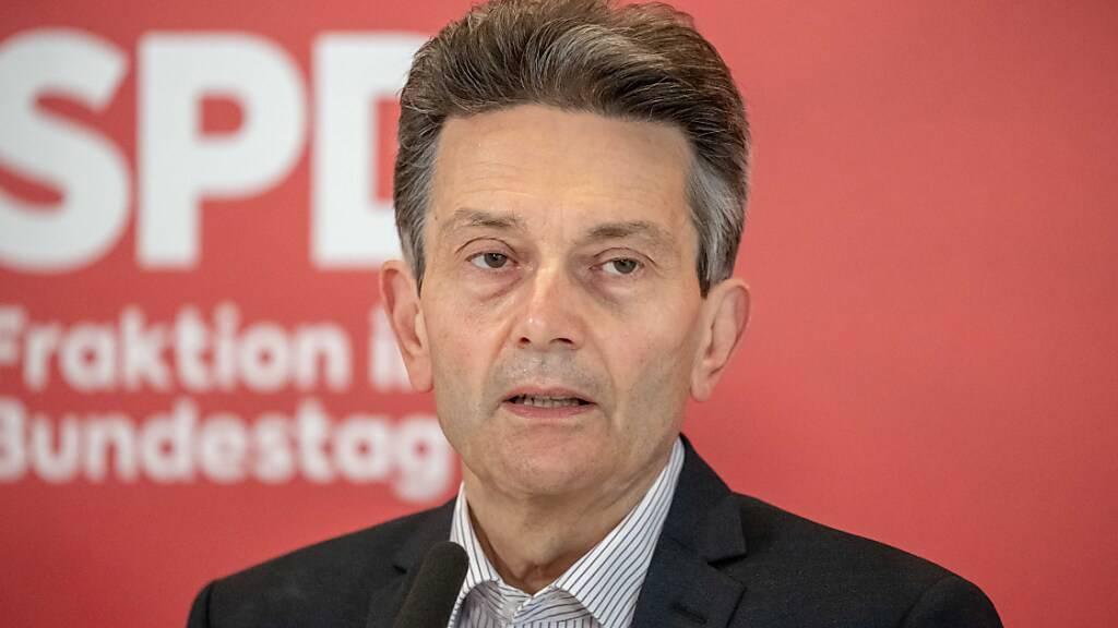Der Vorsitzende der SPD-Bundestagsfraktion Rolf Mützenich spricht vor Beginn der ersten Fraktionssitzung der SPD im Bundestag. Foto: Michael Kappeler/dpa