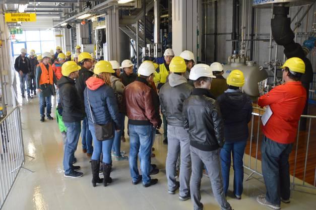 Anlässlich der Eröffnung des Holzheizkraftwerks fand auf dem Areal der DSM in Sisseln ein Tag der offenen Tür statt: Besucher in der Vitamin-E-Produktion