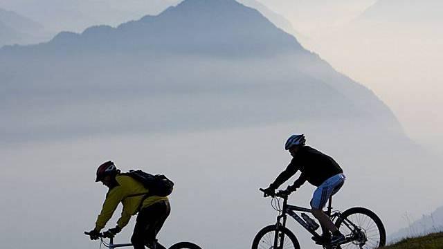 Alpenschutz beschäftigt die Räte: Mountainbiker fahren ab der Rigi (Symbolbild, Archiv)