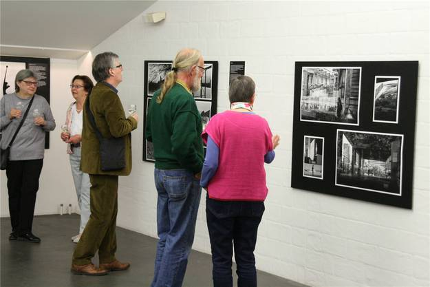 Viele Besucher nahmen sich an der Ausstellung Zeit, um über die Fotografien zu diskutieren.