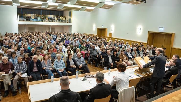 Voller Saal in Bad Zurzach: Im Bezirkshauptort sind 414 von 2291 Stimmberechtigten anwesend.