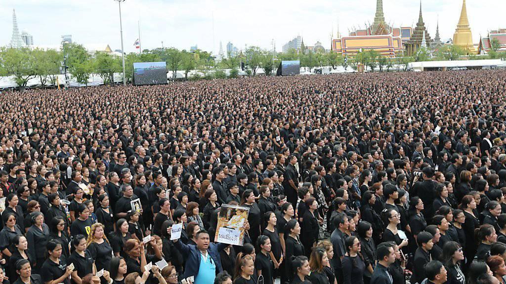 Zehntausende Trauernde auf dem Sanam-Luang-Platz