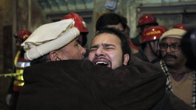 Ein schiitischer Muslim beweint den Tod eines Angehörigen