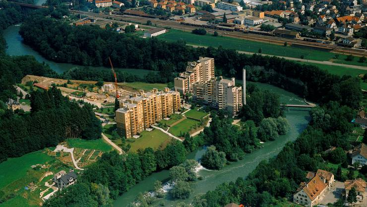 Luftbild: Übersicht von Süden über die Überbauung Webermühle, die Limmat und den Wettinger Bahnhof.zvg
