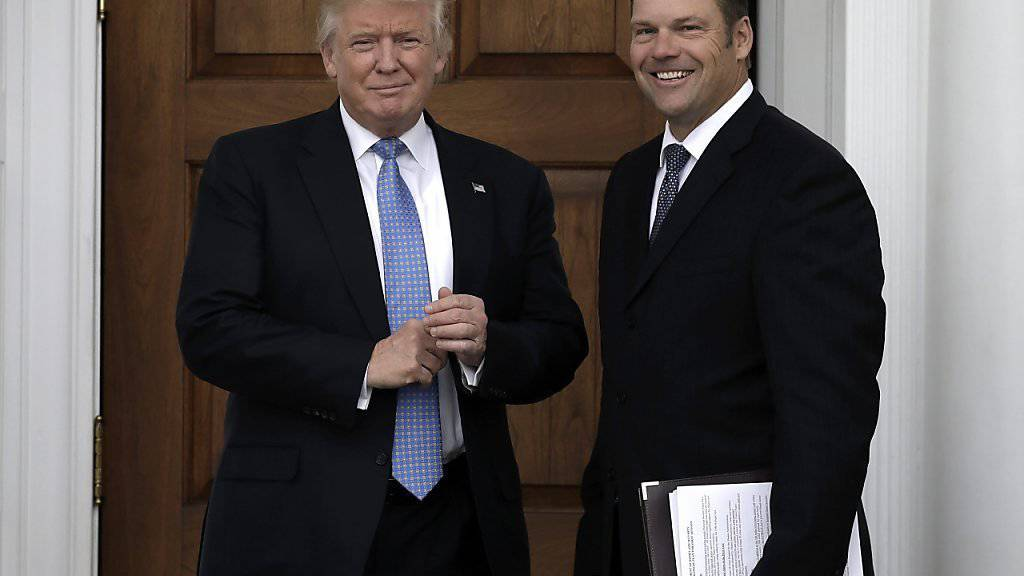 Kris Kobach, als konservativer Hardliner im Gespräch für einen Kabinettsposten unter Donald Trump, hat seine Vorstellungen für das Ministerium für innere Sicherheit aus Versehen offen herumgetragen.