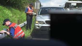Ein 32-Jähriger ist mit Tempo 230 und drei Kindern - eines davon ungesichert - auf dem Rücksitz in eine Geschwindigkeitskontrolle getappt. Fahrzeug und Ausweis ist er nun los. (Symbolbild)