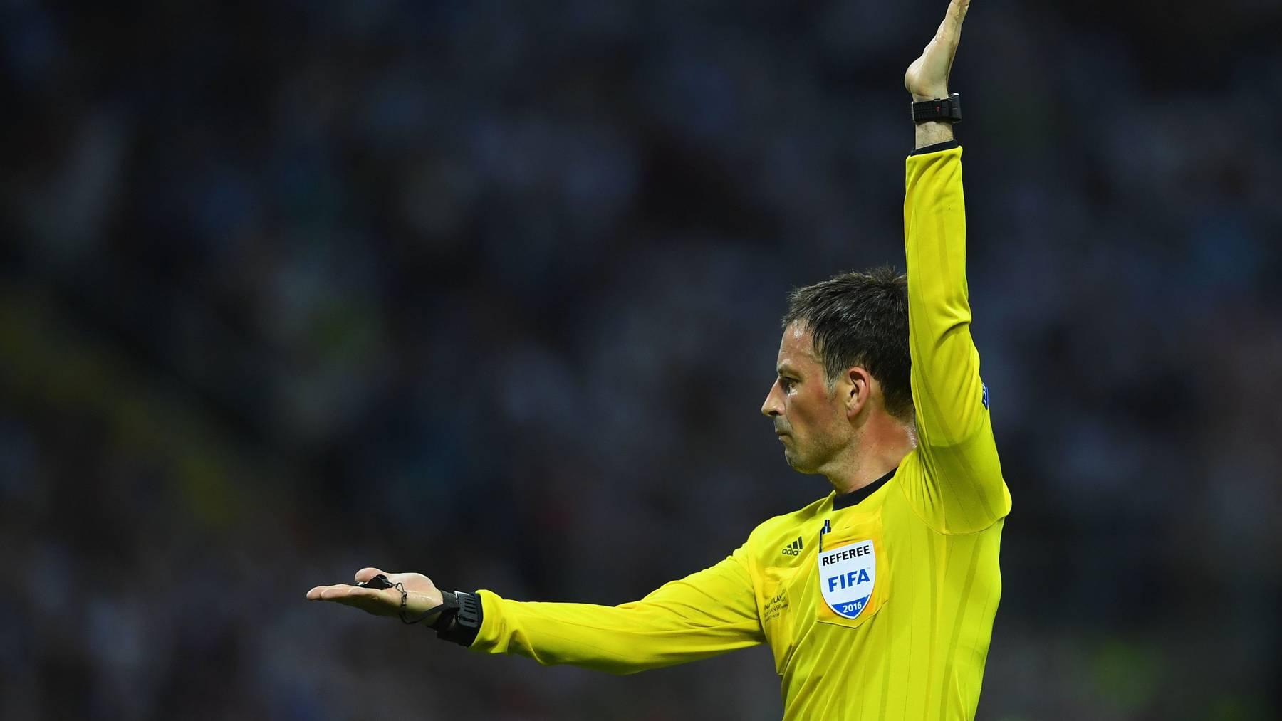Schiedsrichter Mark Clattenburg  wird die neuen Regeln an der EM in Frankreich anwenden können.