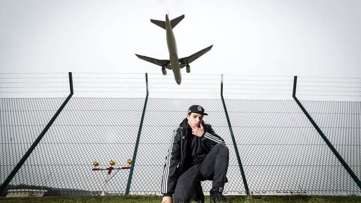 In seinem nächsten Leben würde Luciano Titaro gerne Pilot werden. Die Fotos wurden deshalb an einer Flugschneise des Flughafen Zürich gemacht.