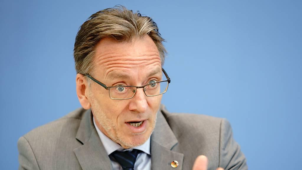 Holger Münch, Präsident des Bundeskriminalamtes (BKA), stellt in der Bundespressekonferenz die Fallzahlen politisch motivierter Kriminalität für das Jahr 2020 vor.