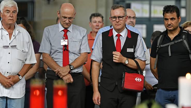 Schweigeminute für den getöteten Zugchef: Hunderte Menschen versammelten sich am Freitag im Zürcher Hauptbahnhof für eine Andacht.