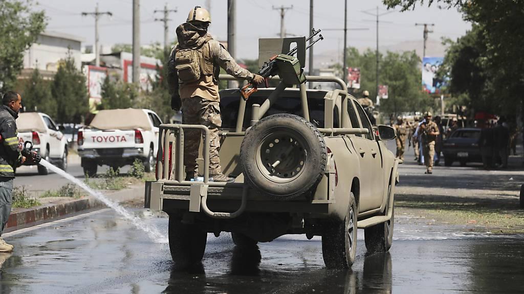 Afghanische Sicherheitskräfte bei der Patrouille. Foto: Rahmat Gul/AP/dpa