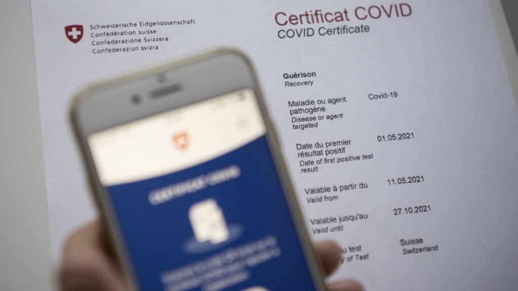 Wer zum Beispiel nach einer Impfung sein Covid-Zertifikat erhält, kann dieses schon bald zum Reisen benutzen.