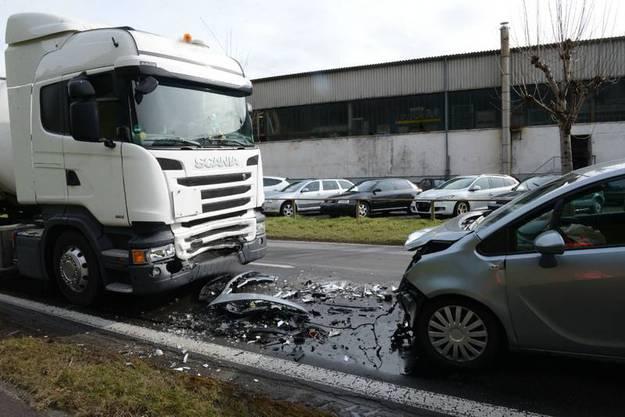 Kurz nach 9 Uhr fuhr ein Autofahrer auf der Menznauerstrasse von Menznau Richtung Willisau. Aus noch ungeklärten Gründen kam es zu einer Frontalkollision mit einem entgegenkommenden Sattelmotorfahrzeug.