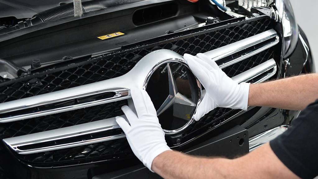 Die Nachfrage steigt, das Angebot hinkt hinterher: Der Chipmangel bremst den Automobilhersteller Mercedes-Benz aus. (Archivbild)