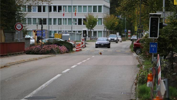 Der Weg für Fussgänger und Velofahrer soll auf der im Bild rechten Seite angebracht werden. Bild: dka