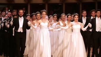 Das Jungdamen- und das Jungherrenkomitee, aufgenommen während der Eröffnung des 61. Wiener Opernballs am Donnerstagabend in der Staatsoper der österreichischen Hauptstadt.
