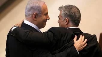 Israels Premier Netanjahu (l) mit seinem neuen Finanzminister Jair Lapid