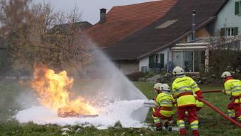 Voller Einsatz: Mit Wasser und Schaum gehen die Jugendlichen den Ölbrand an. Roger wetli