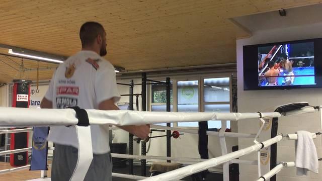Die Kobra im Training: Zur Vorbereitung auf einen Kampf sieht sich  Arnold Gjergjaj unter anderem Videos seiner Gegner an.