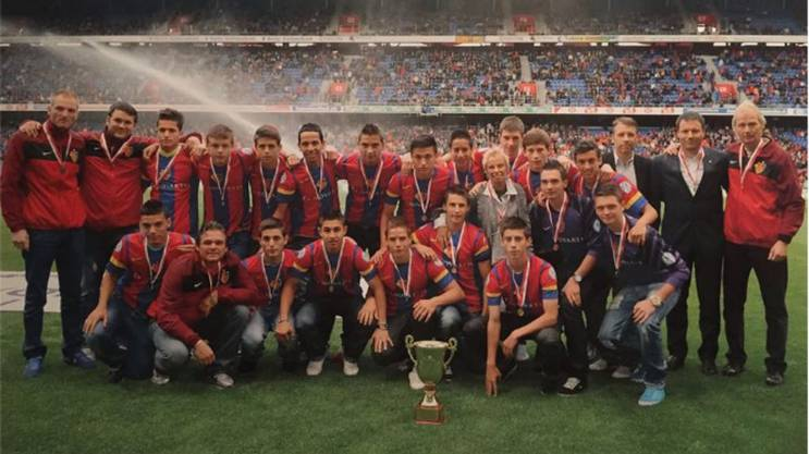 Mit den Jugendmannschaften des FC Basel feierte Joël Keller (hinter dem Pokal, fast neben FCB-Mäzenin Gigi Oeri) einige Erfolge. Hier das Foto mit der U16 als Schweizermeister und Cupsieger.