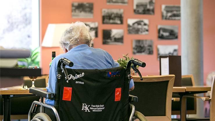 Weil eine Rentnerin ihren EL-Antrag nicht unterschrieben hat, musste sie zehn Monate auf das Geld warten.