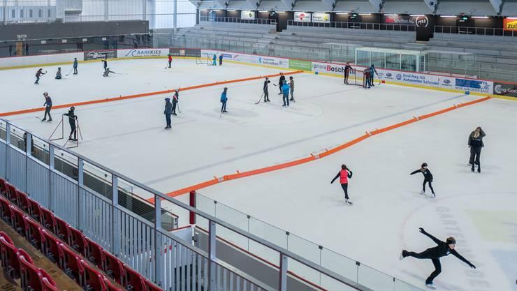 Die renovierte Halle der Kunsteisbahn Aarau. Hier spielen Buben Eishockey und Mädchen trainieren Eiskunstlauf.