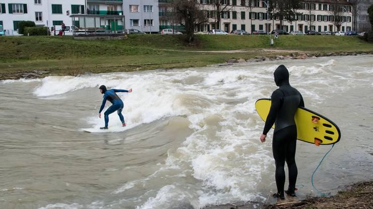 Hochwasser Birs River Surfer bei der Redingbrücke (vom Morgen)