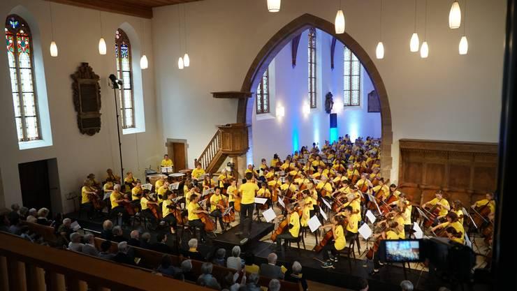 Am Eröffnungsfest am vergangenen Sonntag brachten 114 Cellistinnen und Cellisten, vom Knirps zum Senior, vom Anfänger bis zu Profi, die Stadtkirche Liestal zum Vibrieren.