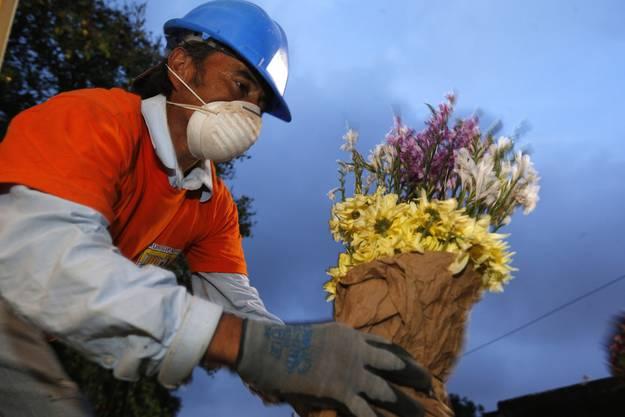 Blumen zum Gedenken an die Opfer des Erdrutsches in Guatemala.