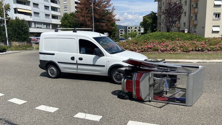 Der 73-jährige Autofahrer übersah das Elektromobil im Kreisel.