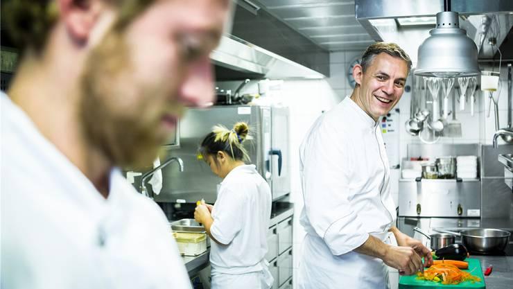 Hier rüstet auch der Sternekoch: David Martinez (rechts) mit seinem Küchenteam im Restaurant «Krone» in Zürich Altstetten. chris iseli