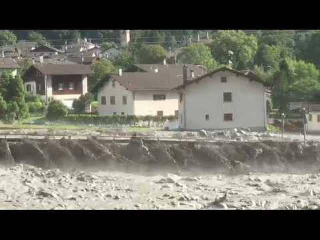 Schlamm und Geröll schieben sich beim Bündner Bergdorf Bondo durchs Tal (23. August 2017)