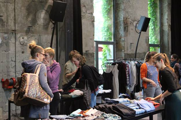 Die zahlreichen Teilnehmerinnen und Teilnehmer schauen sich entspannt nach neuen Kleidern um.