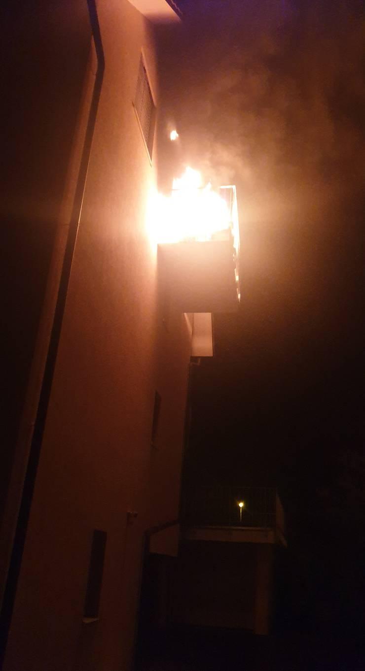 Das Feuer griff zum Glück nicht aufs Dach über.