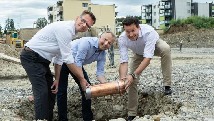 Rolf Lüscher (Futura), Alex Meyer (Xaver Meyer AG) und Thomas Bürki (Futura, v.l.) bei der Grundsteinlegung