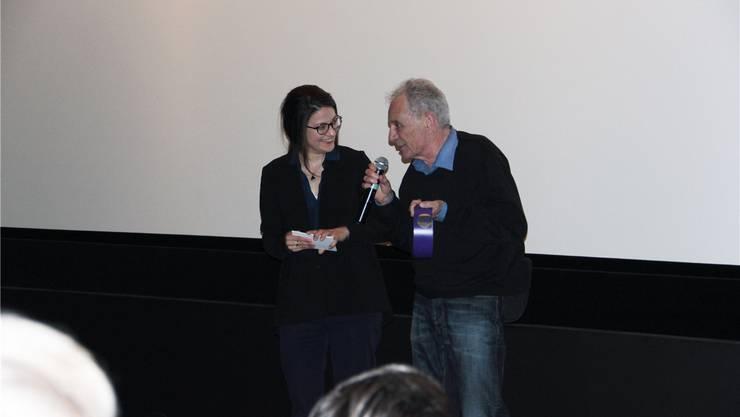 Rudolf Schinz nimmt den Preis für seinen Film Cat Flap entgegen.
