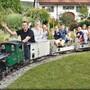 Pius Ackle (3. v. l.) will ab diesem Sommer Gleisanlagen für Gartenbahnen bauen und verlegen.