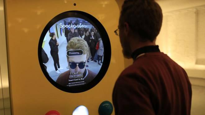 Könnte eine Zeitenwende in der LiveGesellschaft markieren: Smarte Videobrille von Snapchat, die am Automaten bezogen werden kann. Foto: Getty Images