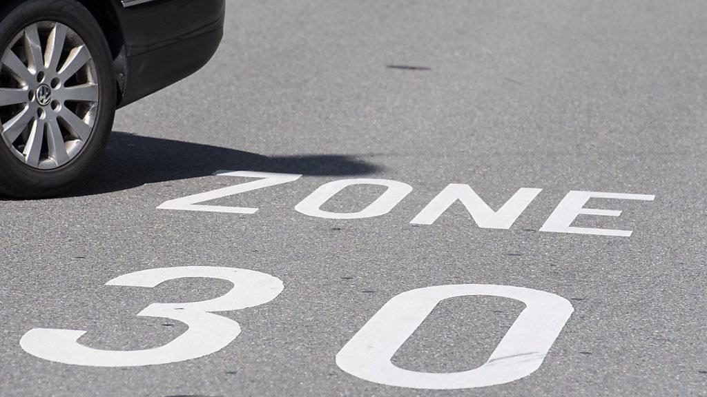 Der Ständerat möchte Tempo 30 innerorts auch weiterhin aus Lärmschutz- und aus Sicherheitsgründen zulassen. (Archivbild)