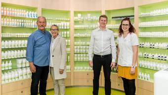 Die ehemaligen Inhaber und die neuen: Bruno und Ursula Nagel (links) mit Mario Witmer und Deborah Grogg vor der Naturathek in der Drogerie Nagel.