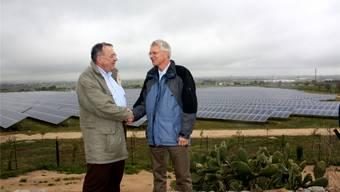 Der alte und der neue CEO: Hans Büttiker und Conrad Ammann vor dem Solarkraftwerk «Donnadolce».