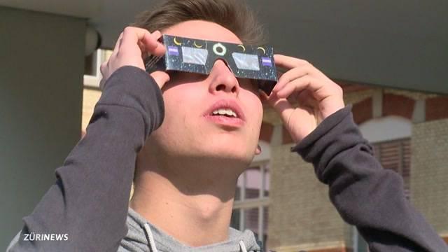 Schüler bei der Sonnenfinsternis im Schulzimmer