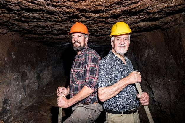 Im Bergkwerk Herznach stehen Stefan Schraner (links) und Geri Hirt (rechts) mit den Schaufeln posierend. Sie sind beide im Vorstand des Vereins Eisen und Bergwerk.