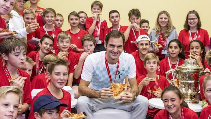 Roger Federer und die Ballkinder geniessen die Pizza. Doch wie entsteht sie überhaupt? Klicken Sie sich durch die Bildergalerie.